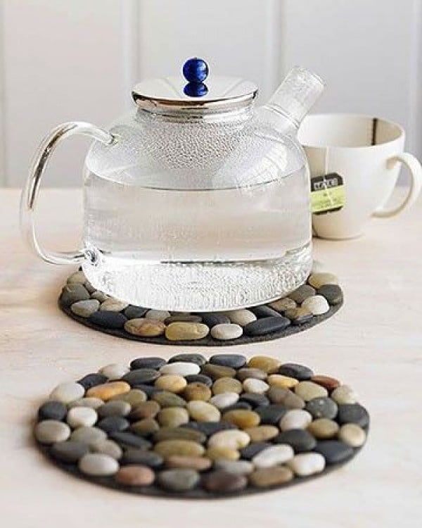 Great idea! Make #DIY placemants from pebbles. #homedecorideas