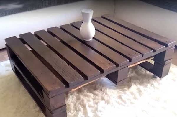 #DIY pallet coffee table that's easy to make. A cool project to try at home! #homedecorideas