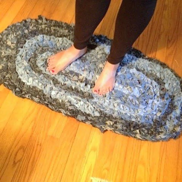 How to make a #DIY Denim Rug from Old Jeans
