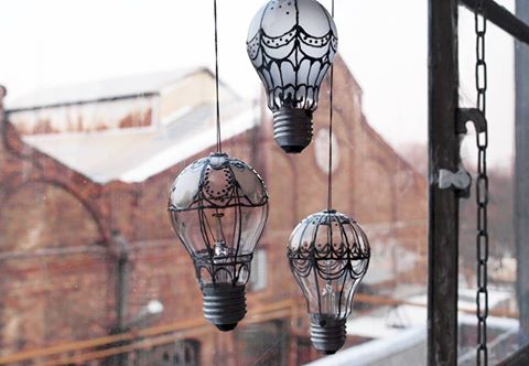 15 Easy and Brilliant DIY Home Decor Crafts on a Budget - Love the idea of DIY decorative air balloons made of light bulbs