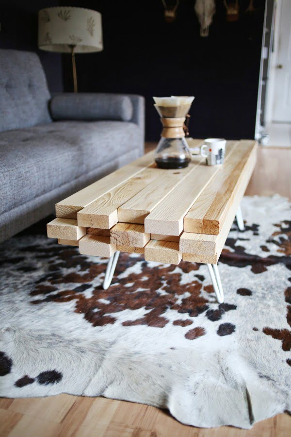 How to make a #DIY coffee table from 2x4s. Great project idea! #homedecor
