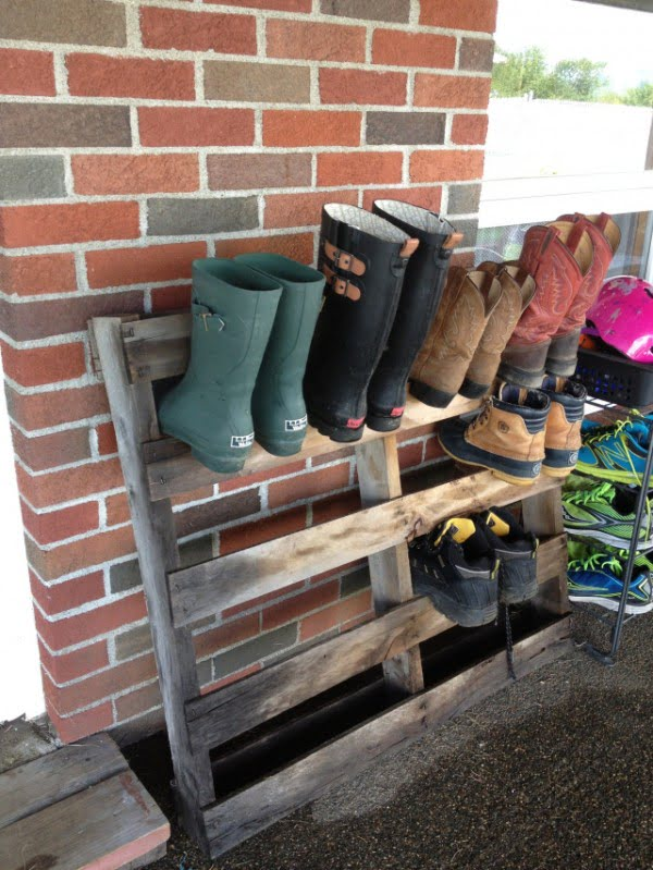 60+ Easy DIY Shoe Rack Ideas You Can Build on a Budget - Love the idea for outdoor pallet shoes storage rack