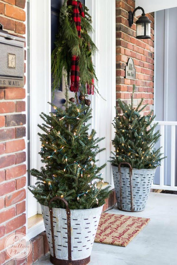 Adorable rustic Christmas porch decor idea
