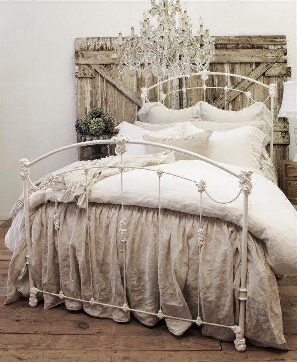 Great idea of a headboard made of recycled wood for shabby chic bedroom decor