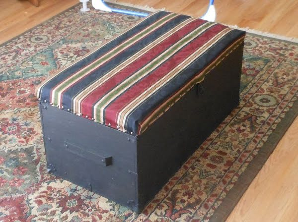 Locker Ottoman, a nice addition to your decor that you can build on your own. Looks good! ideas