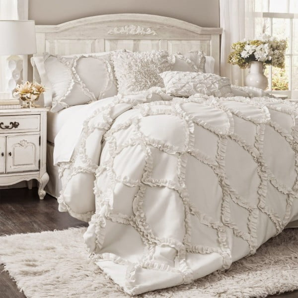 Love the idea of bedding with ruffle for shabby chic bedroom decor