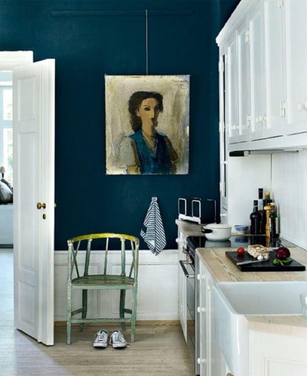 Love the navy blue walls in this kitchen decor