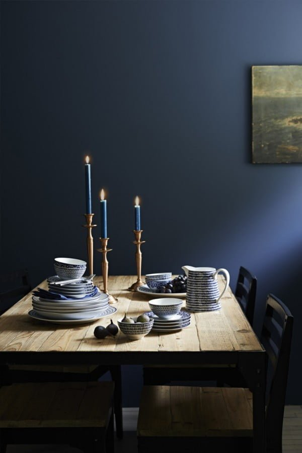 Love the mysterious vibe of this navy blue color scheme decor
