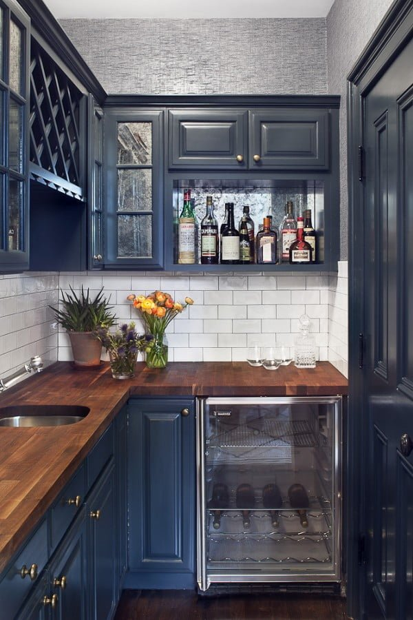 Love the glossy navy blue kitchen cabinets