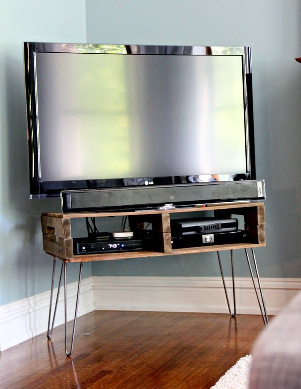 How to make a #DIY TV stand from #pallet wood. Great project idea! #homedecorideas