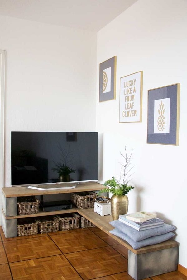 How to build a #DIY TV stand the easy way from concrete blocks and wood. Brilliant idea! #homedecorideas