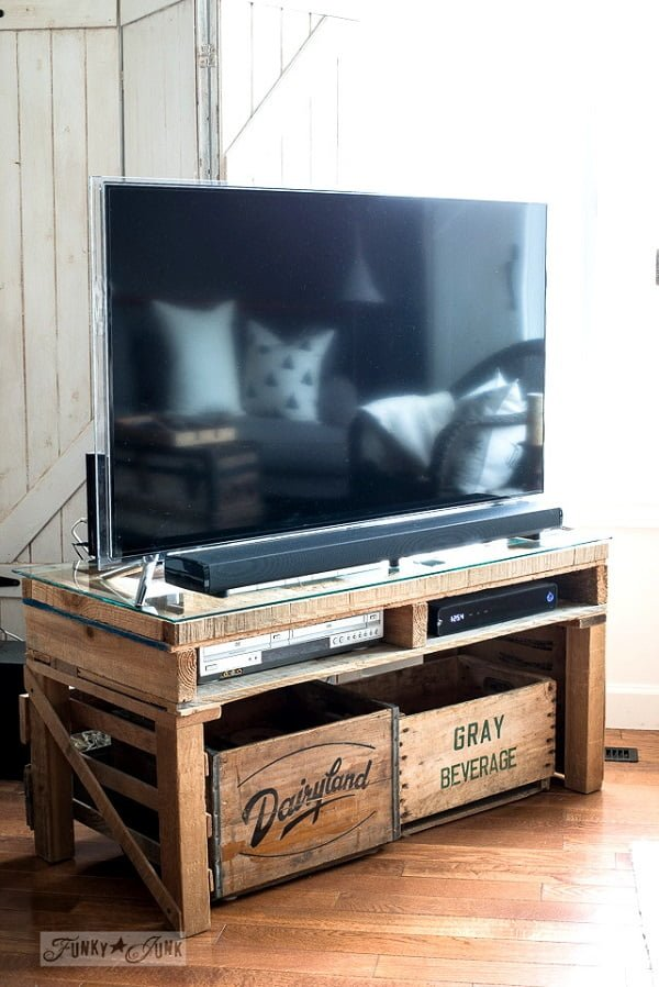 How to make a #DIY Pallet Wood TV Media Stand. Nice project! #homedecorideas