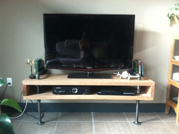 How to make a #DIY TV console from wood and piping. Great industrial look! #homedecorideas