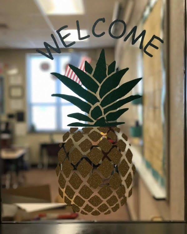 Love this #cricut window welcome sign #project #crafts