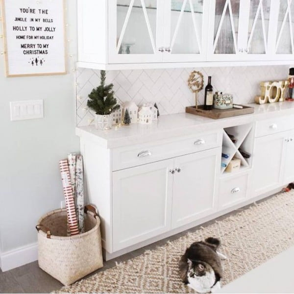 Love these white quartz countertops and the modern #farmhouse look! #homedecor