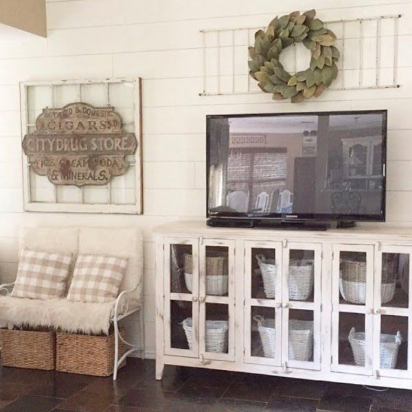 The vintage sign just brings this all #farmhouse style together. Love it! #homedecor