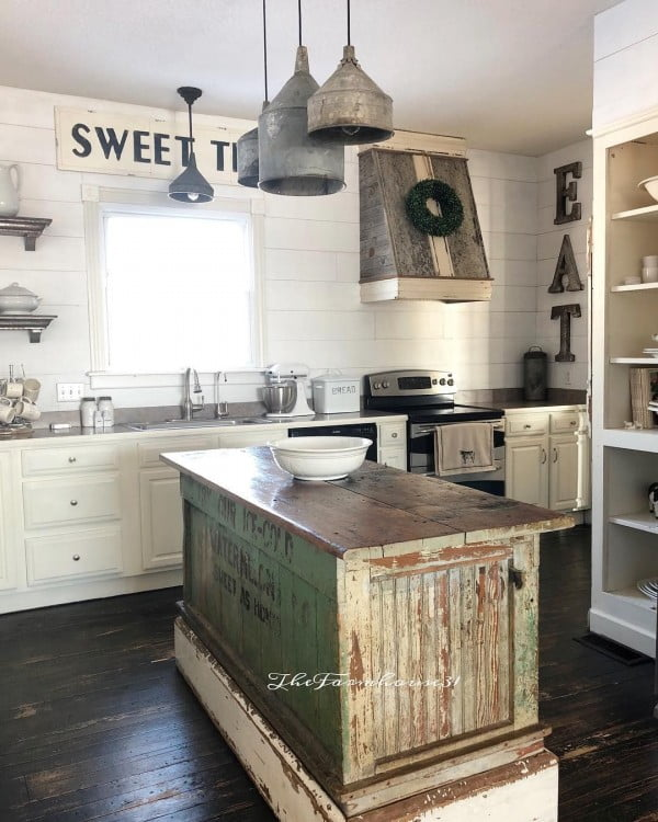 Some #rustic goodness going on in this #farmhouse kitchen. Love it! #homedecor