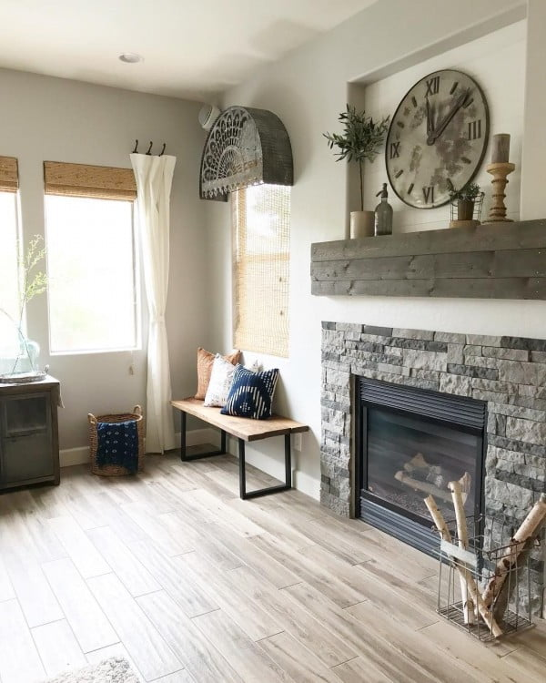 Awesome fireplace and room decor in #farmhouse style. Love it! #homedecor