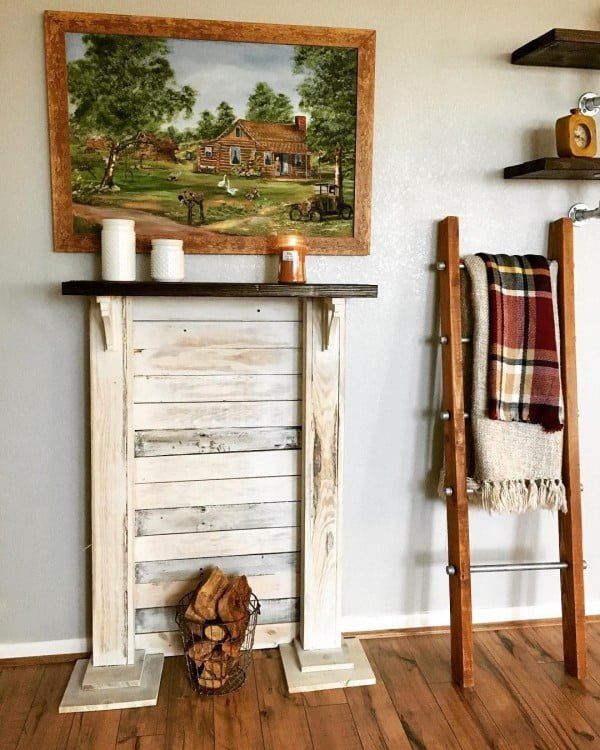 The mantel and blanket ladder - that seem to be the top must-have items in #farmhouse decor. Love it! #homedecor