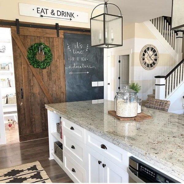 Love the #farmhouse barn doors in this gorgeous decor! #homedecor