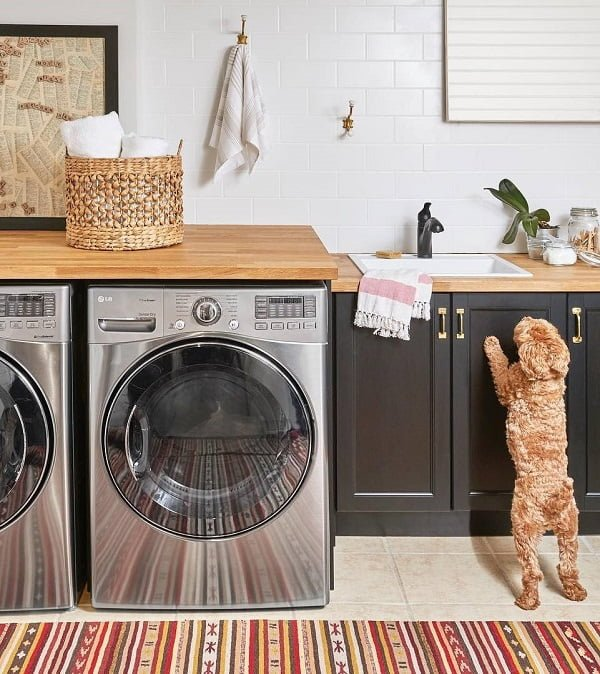 100 Fabulous Laundry Room Decor Ideas You Can Copy - Check out this laundry room decor idea with black cabinets. Love it! #LaundryRoomDesign #HomeDecorIdeas