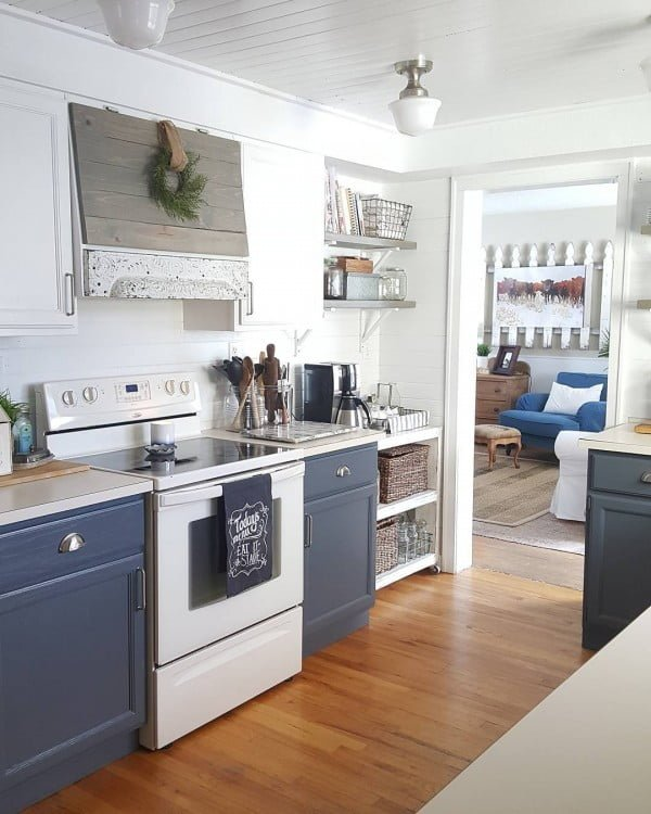 You have to see these blue kitchen cabinets in #farmhouse style kitchen decor. Love it! #KitchenDesign #HomeDecorIdeas