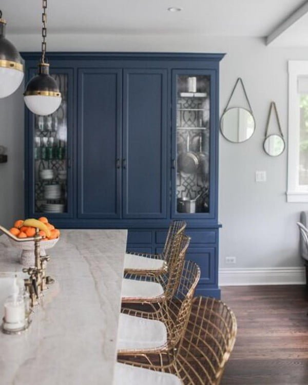 You have to see these blue kitchen cabinets with coastal decor accents. Love it!