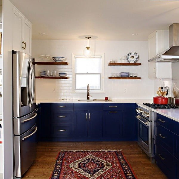 You have to see these blue kitchen cabinets with subway tiles and an accent runner rug. Love it! #KitchenDesign #HomeDecorIdeas