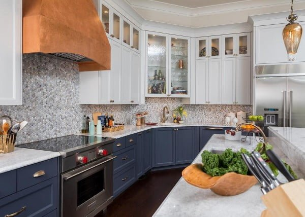 You have to see these blue and white kitchen cabinets with copper accents. Love it! #KitchenDesign #HomeDecorIdeas