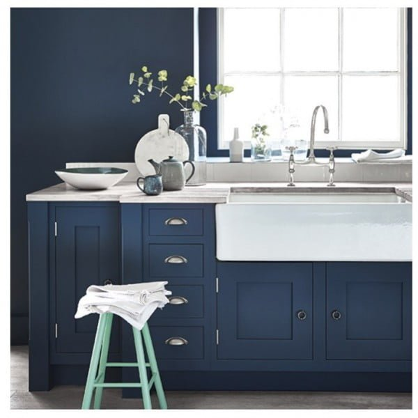 You have to see these navy blue kitchen cabinets with white accents. Love it! #KitchenDesign #HomeDecorIdeas