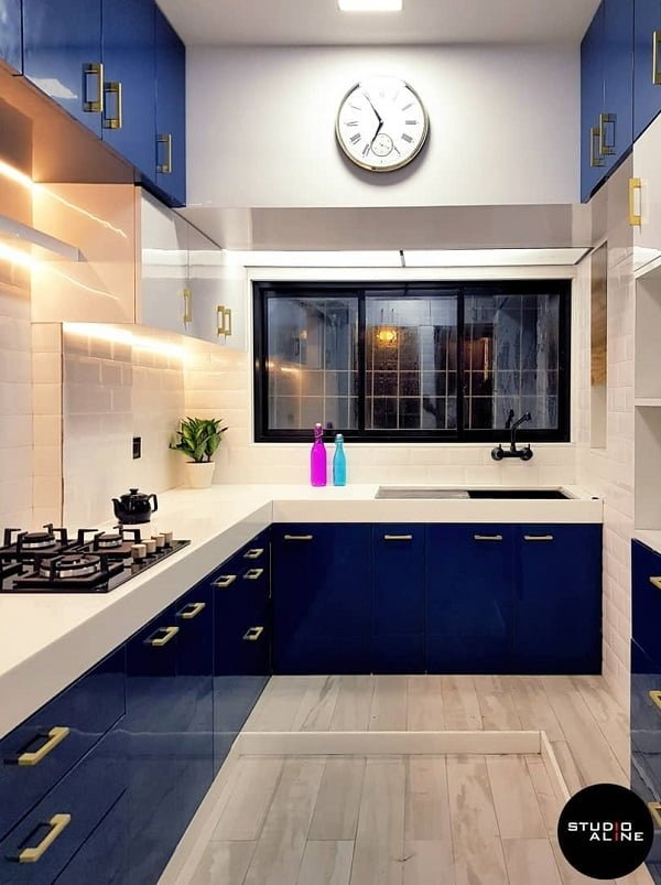 You have to see these blue kitchen cabinets with subway tile. Love it! #KitchenDesign #HomeDecorIdeas