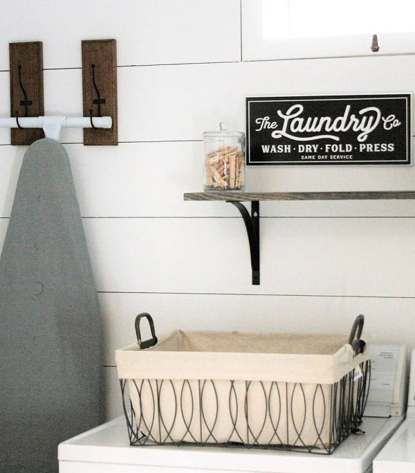 100 Fabulous Laundry Room Decor Ideas You Can Copy - Love this laundry room decor. So cozy and #rustic! #LaundryRoomDesign #HomeDecorIdeas