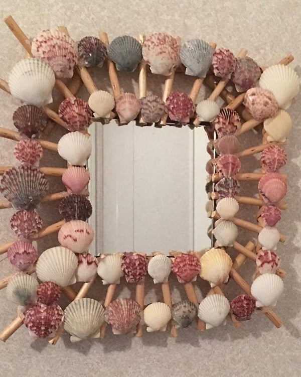 coastal  accent. Love this  sea shell mirror!