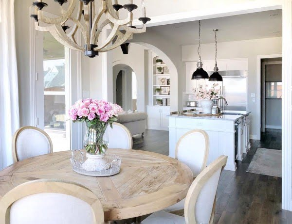 Love this round #farmhouse dining table and gorgeous #kitchen decor. Brilliant! #KitchenDecor #HomeDecorIdeas