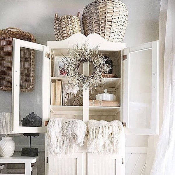 Check out this #farmhouse #kitchen decor idea with woven baskets. Love it! #KitchenDecor #HomeDecorIdeas