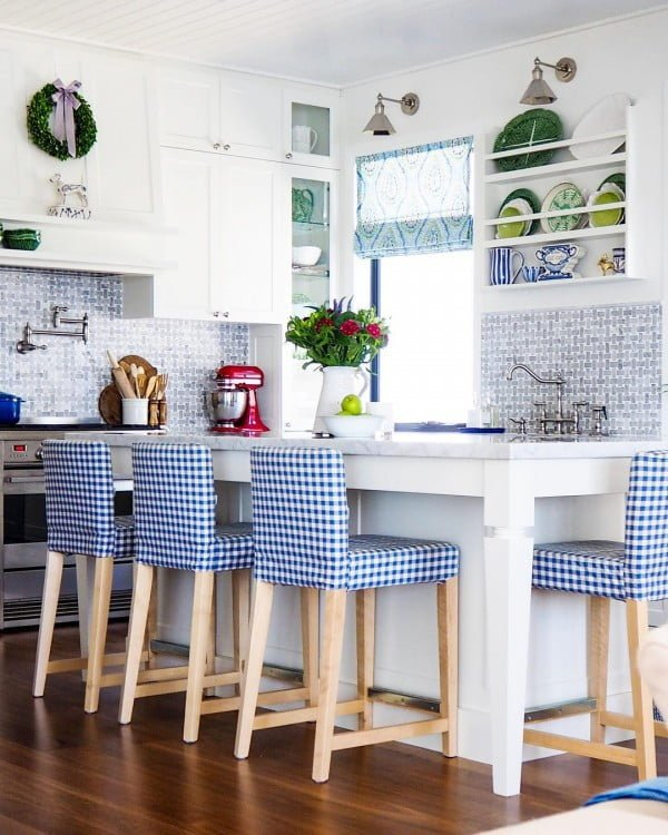 100 Stunning Farmhouse Kitchen Decor Ideas You Have to Try - Check out this #farmhouse #kitchen decor idea with backsplash tiles. Love it! #KitchenDecor #HomeDecorIdeas