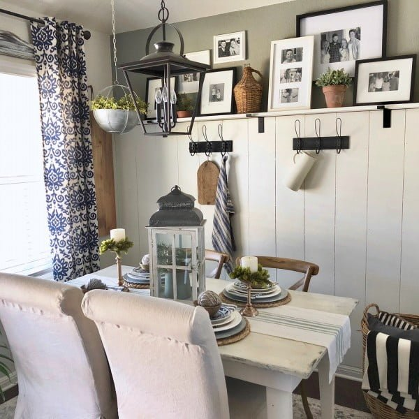 A gallery wall in the dining area add so much coziness. Love this! #farmhouse #KitchenDecor #HomeDecorIdeas