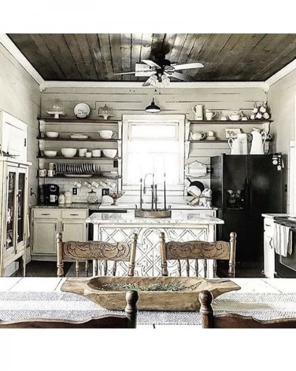 This #farmhouse #kitchen decor is just so stunning. Love it! #KitchenDecor #HomeDecorIdeas