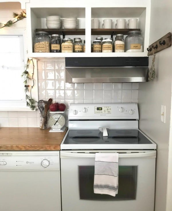 Some small #farmhouse accents will do for #kitchen decor. Love this! #KitchenDecor #HomeDecorIdeas