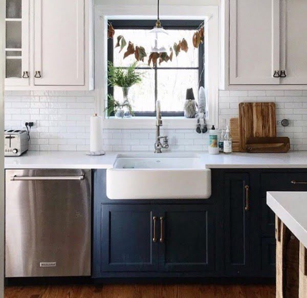Check out this #farmhouse #kitchen decor idea with navy blue cabinets. Love it! #KitchenDecor #HomeDecorIdeas