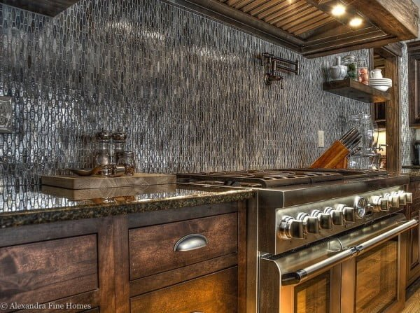 Check out this geometric silver tiling #KitchenBacksplash and the brilliant #KitchenDecor. Love it! #HomeDecorIdeas