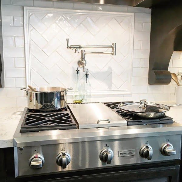 Check out this glossy tile #KitchenBacksplash and the brilliant #KitchenDecor. Love it! #HomeDecorIdeas