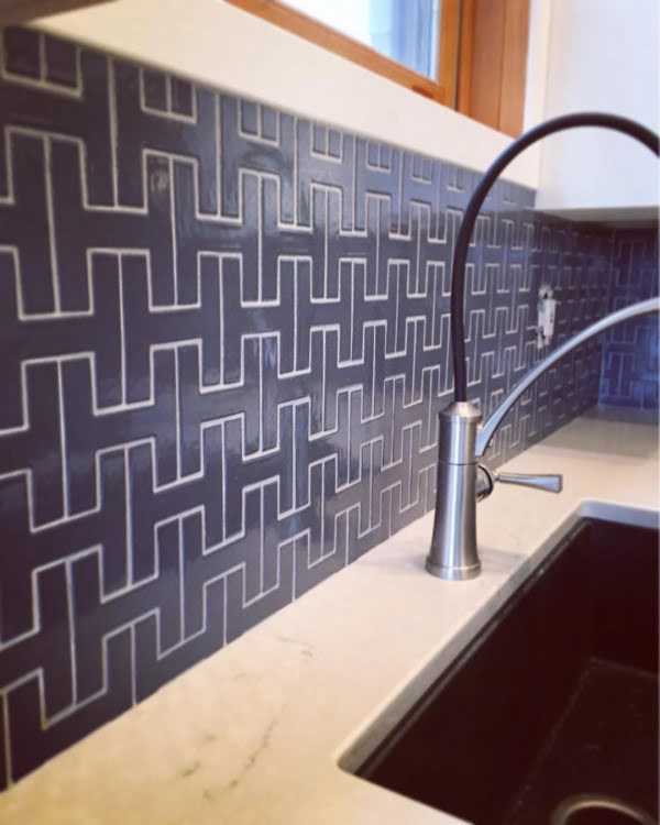 Check out this L-shaped tile #KitchenBacksplash and the brilliant #KitchenDecor. Love it! #HomeDecorIdeas