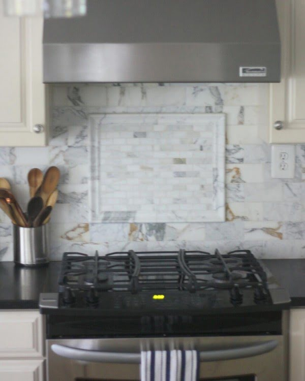 Check out this marble tile #KitchenBacksplash and the brilliant #KitchenDecor. Love it! #HomeDecorIdeas