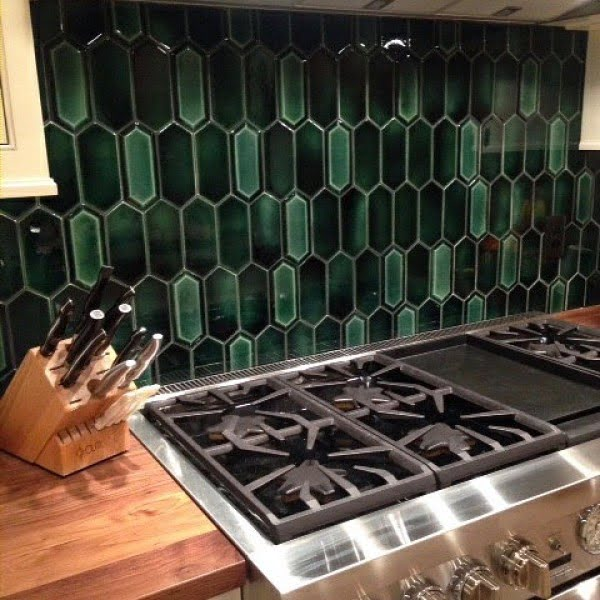 Check out this Brazil green tile #KitchenBacksplash and the brilliant #KitchenDecor. Love it! #HomeDecorIdeas