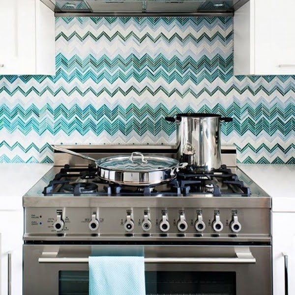 Check out this turquoise pattern tile #KitchenBacksplash and the brilliant #KitchenDecor. Love it! #HomeDecorIdeas