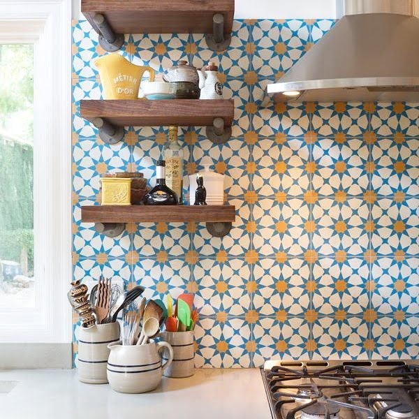 Check out this Moroccan tile #KitchenBacksplash and the brilliant #KitchenDecor. Love it! #HomeDecorIdeas