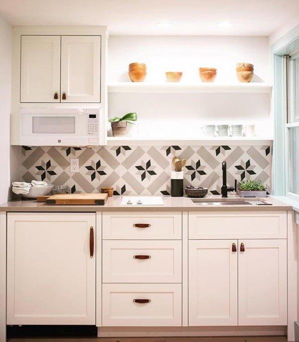 Check out this snowflake pattern tile #KitchenBacksplash and the brilliant #KitchenDecor. Love it! #HomeDecorIdeas