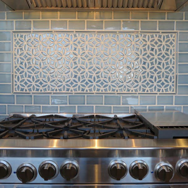 Check out this pre-cut pattern tile #KitchenBacksplash and the brilliant #KitchenDecor. Love it! #HomeDecorIdeas