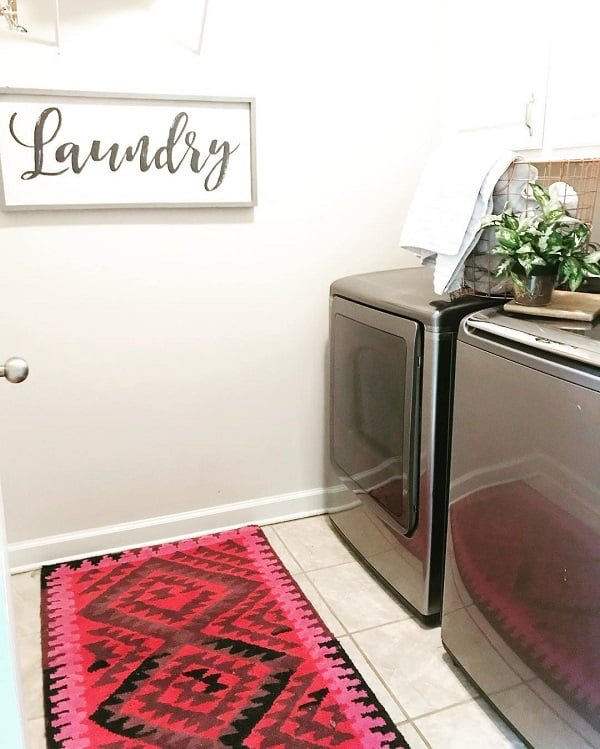 100 Fabulous Laundry Room Decor Ideas You Can Copy - Check out this simple but powerful laundry room decor idea. Love it! #LaundryRoomDesign #HomeDecorIdeas